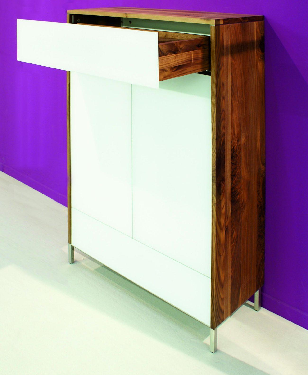 hochwertige und moderne anrichte aus nussbaum massivholz. Black Bedroom Furniture Sets. Home Design Ideas