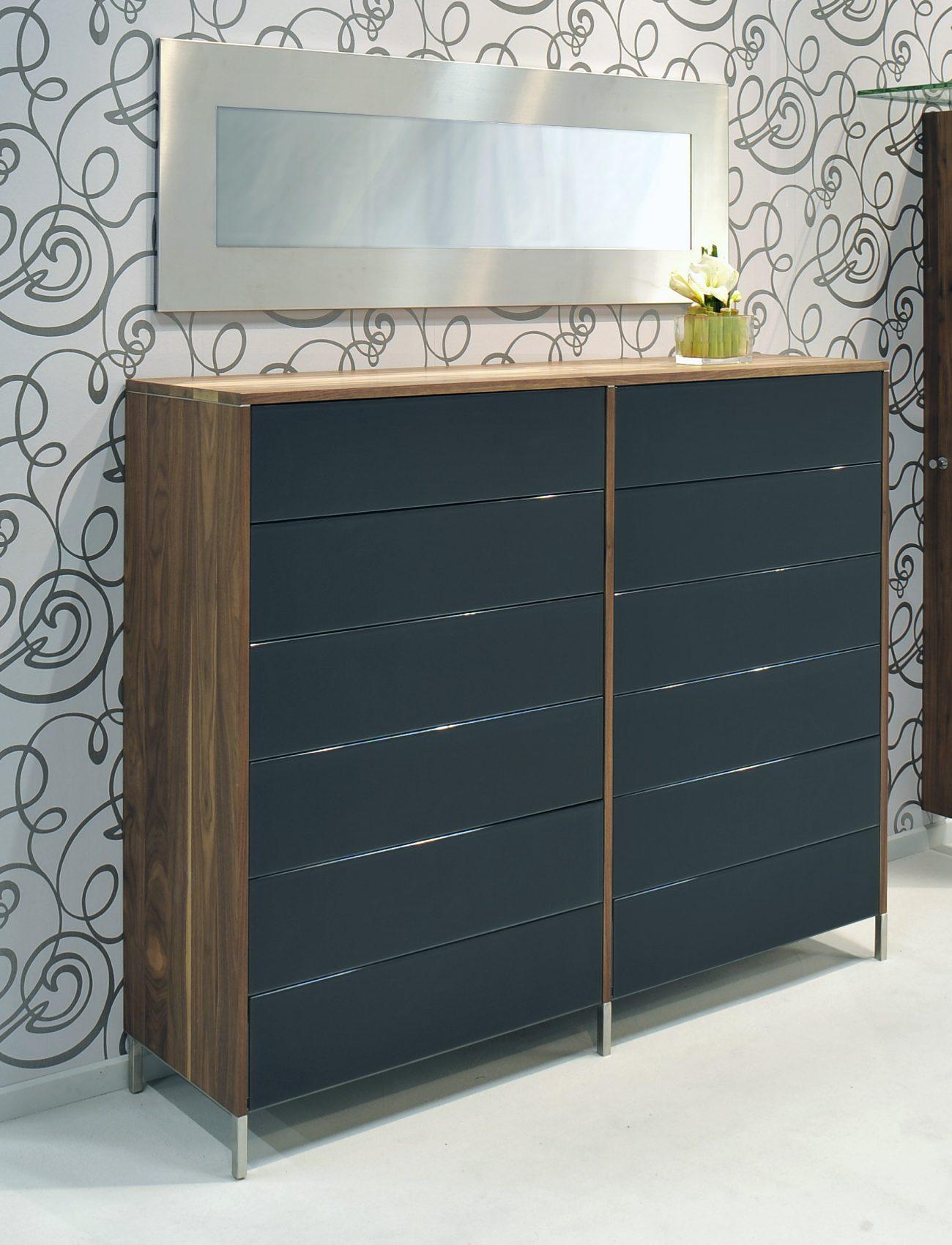 moderne kommode aus nussbaum massivholz front schwarzes. Black Bedroom Furniture Sets. Home Design Ideas