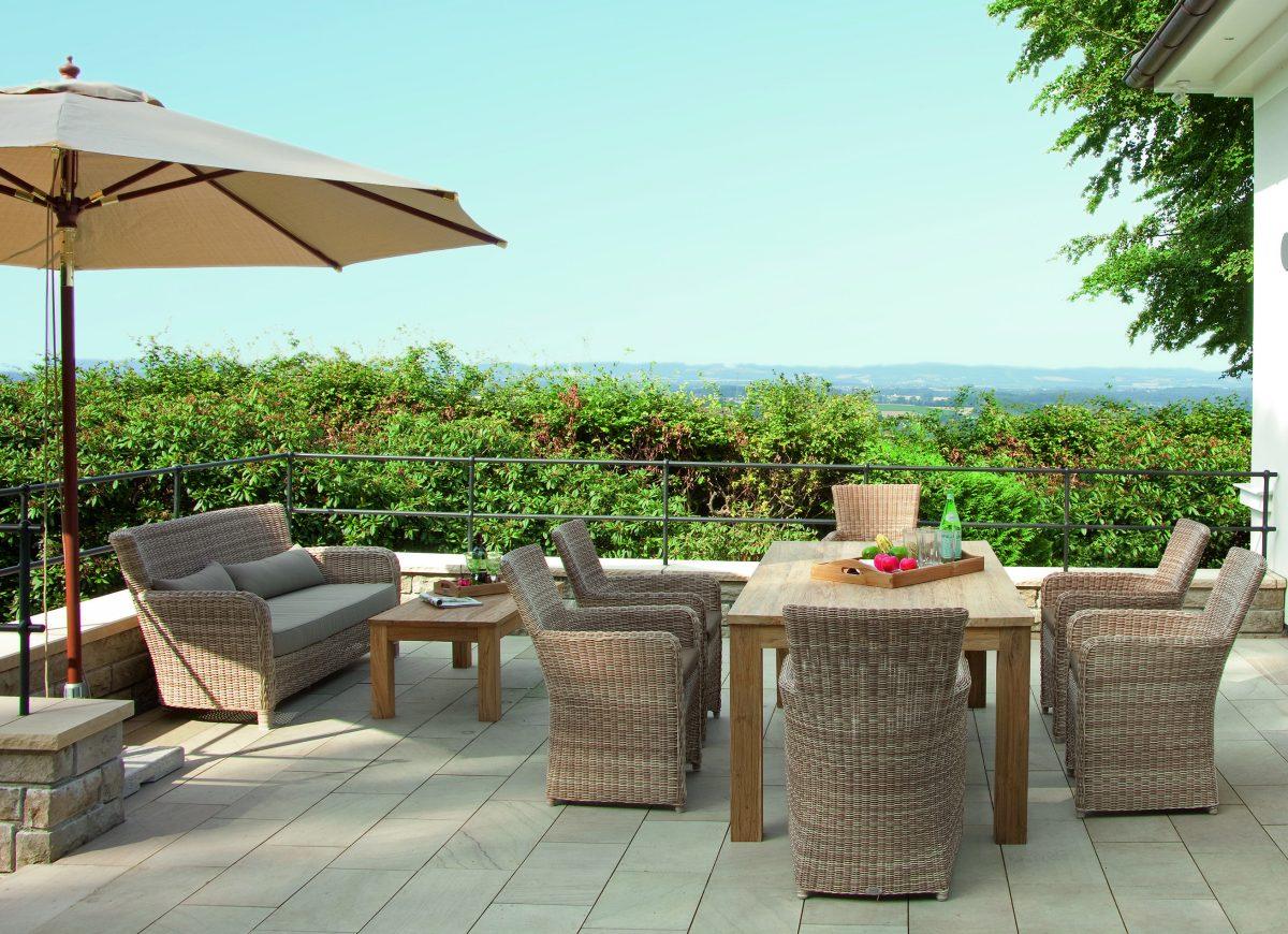 Gartensessel mit Geflecht-Gartensofa und Teakholz-Gartentisch ...