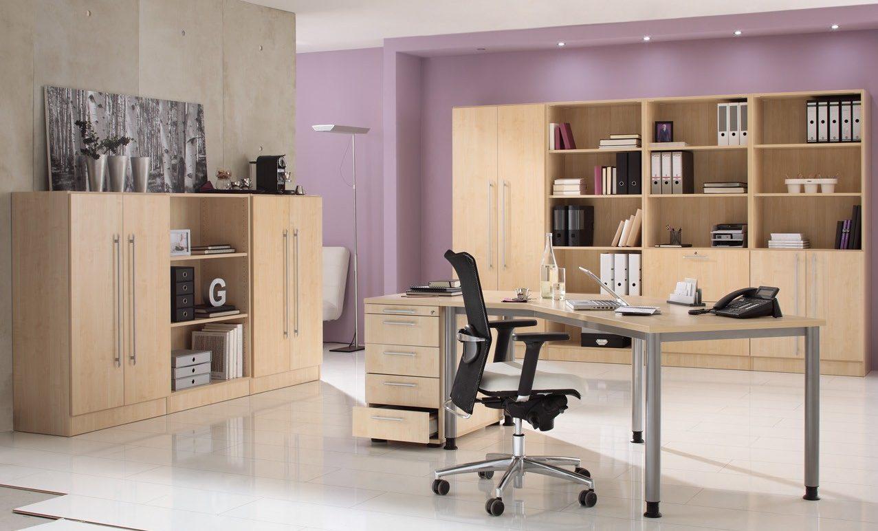 Moderne Büroeinrichtung mit Schreibtisch \