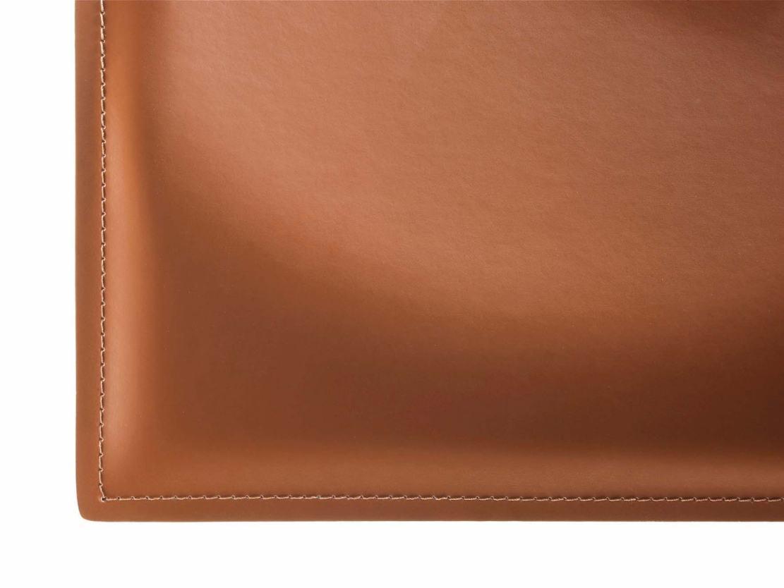 Detailabbildung hochwertiger Stuhlbezug aus braunem Echt ...