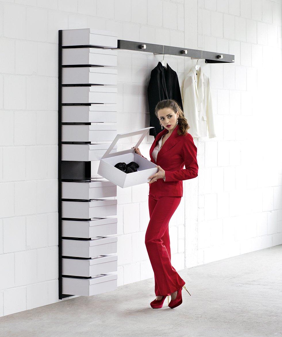 Elegantes schuhwandregal mit 14 geschlossenen schuhboxen for Schuhregal design