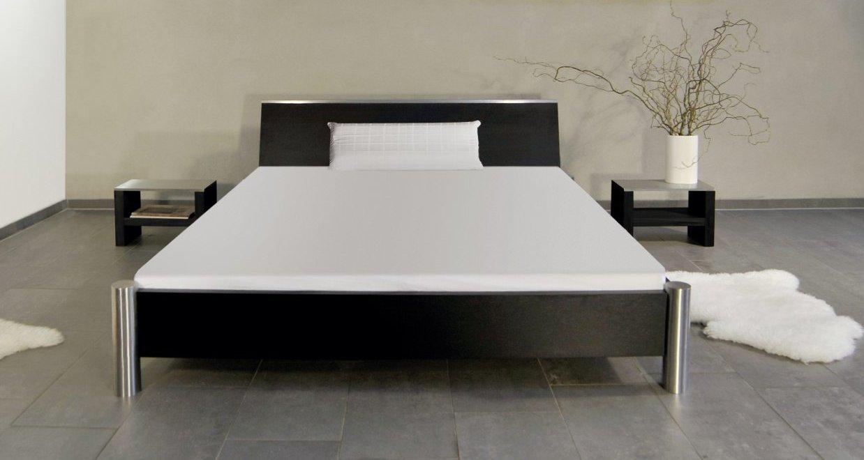 besonders stabiles und modernes Doppelbett aus robustem Holz ...