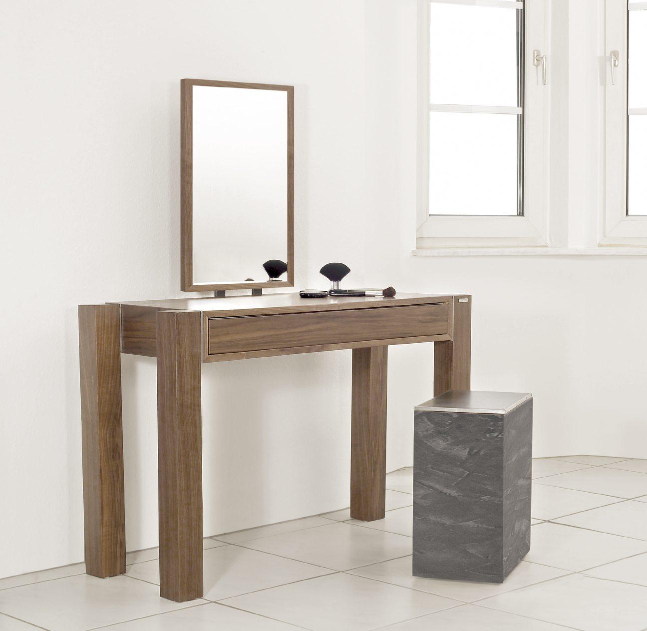 moderner und robuster schminktisch mit spiegel im holzrahmen. Black Bedroom Furniture Sets. Home Design Ideas